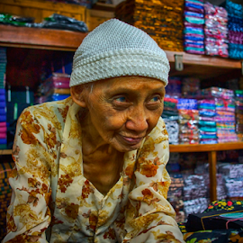 Batik sellers by Lim Darmawan - People Street & Candids