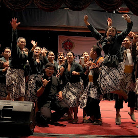 Winner's Cheer by Ray Alexander - People Group/Corporate ( happy, traditional, win, smile, group, jump )