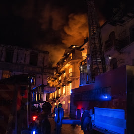 To the rescue by Alejo Cedeno - News & Events Disasters ( water, panama, building, casco, ablaze, firetrucks, firefighters, firemen, architecture, lighted, fire, smoke )