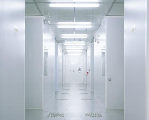 Arnano – Grenoble  Cleanroom. Steriele plaats waar de saffierschijf ontworpen wordt