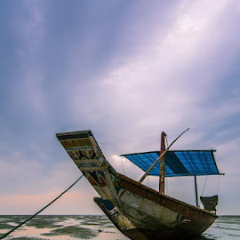 Nggak usah ikut2an mikirin negaraBerlibur aja yuk, perahunya udah siap tuch!😄..... by Andik Hariyanto - Transportation Boats