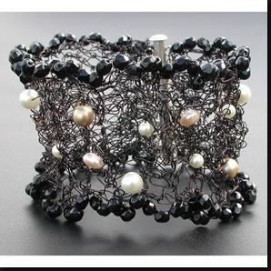 Elisabethean black & pearls cuff01