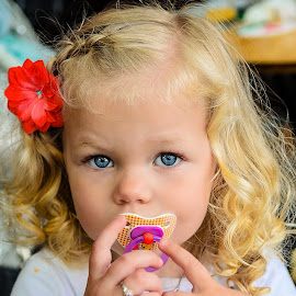 Blue eyes by Tzvika Stein - Babies & Children Child Portraits ( girl, hands, amsterda, blond, blue eyes, shy, eyes )