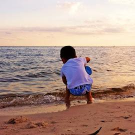 by Eduardo Vilaça - People Family ( color, ocean, beach, people, kid )