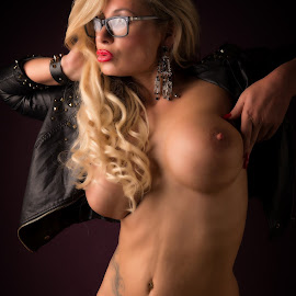 Lookin sexy by Tomas Fensterseifer - Nudes & Boudoir Artistic Nude ( studio, blonde, nude, low key, eyeglasses, boobs )