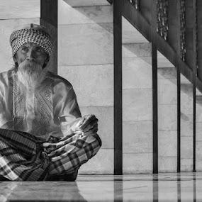 start a new life  by Yuni Herawati - Black & White Portraits & People ( life, pray, man )