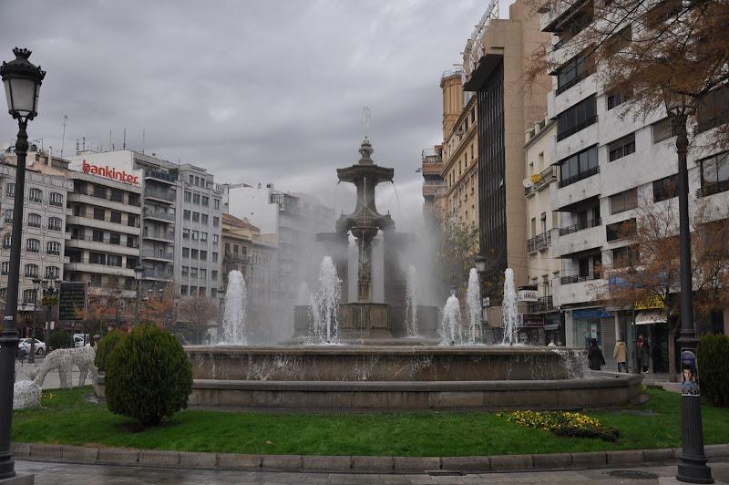 Фонтан на площади в Гранаде