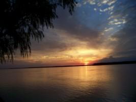 Atardecer en el río Paraná, en la ciudad de Santa Elena