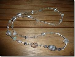 Kirkkaita lasihelmiä, valkoisia helmiä, pyöreitä foliohelmiä, siemenhelmiä koruvaijerissa
