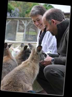 Rachel & Simon feeding Wallabies DSC_0721