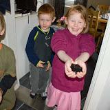 Hampus, Ida och Tim leker med slime.