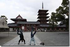 Handstand vor dem großen Tempel
