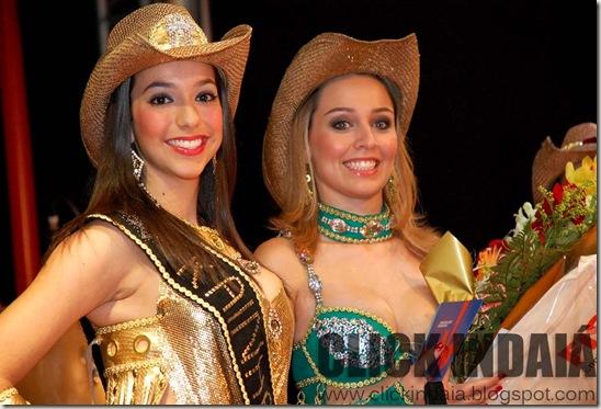 Camila Belforte, a Rainha 2008, com Manuela Lopes, a Rainha 2009 (Crédito: Fábio Alexandre)