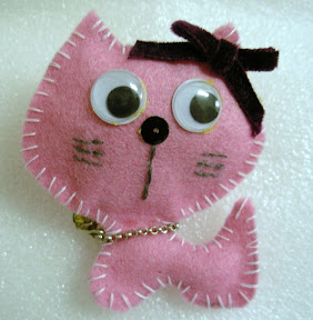 Little pink cat brooch Broche Gatito rosa from brochelia.com