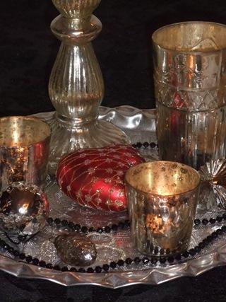Sølvfat med lys og kuler