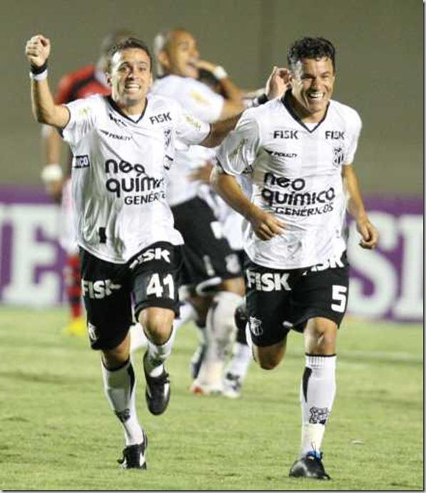 101028 - Boiadeiro e Michel comemoram o gol
