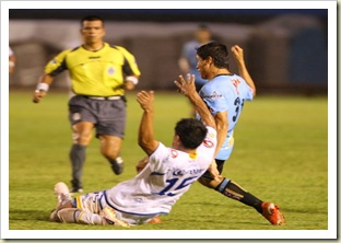 José Ramírez disputa un balón a Jesús Castillo