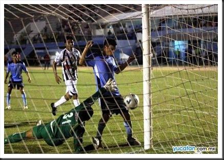 Foto Diario de Yucatán. Sebastían González empuja el balón en claro fuera de lugar