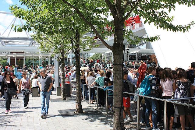 Nekonečné fronty na vstupenky před Londýnským Okem.