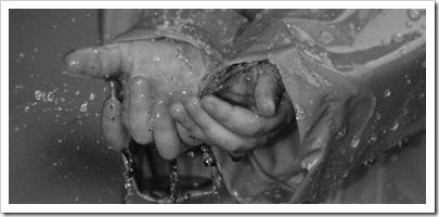 179 La lluvia con las manos