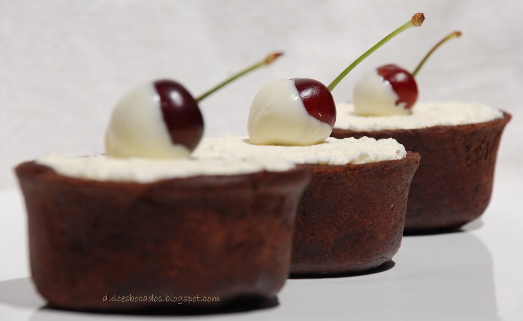 Tartaletas de chocolate blanco y cerezas