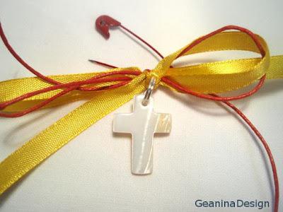 Cruciulita din sidef pentru botez legata cu panglica galbena, tema botezului.