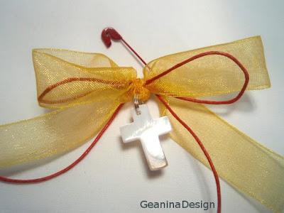 Cruculita pentru botez din sidef cu organitina galbena si fir rosu ceruit pentru parinti si nasi.