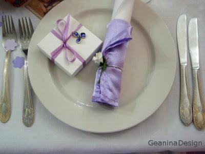 Cutii bomboniere pentru nunta albe legate cu panglica lila cu o mica orhidee metalica picatat mov.