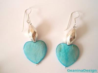 Cercei din sidef bleu in forma de inima din set de bijuterii.