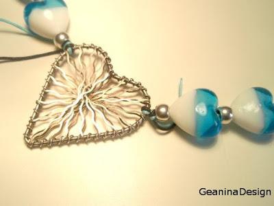Detaliu metalic argintat in forma de inima al unui colier din sticla de Murano.
