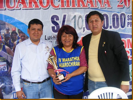 el alcalde electo de santa eulalia david sánchez junto a la alcaldesa provincial rosa vásquez y al teniente alcalde provincial lucho nuñez