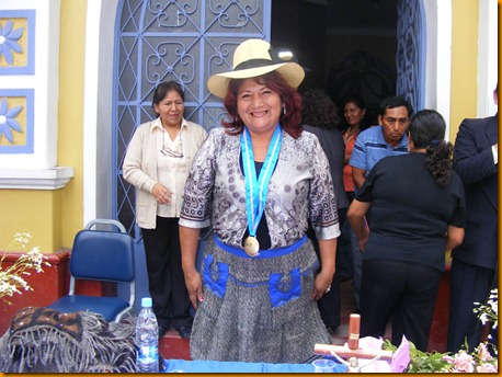 pobladores de matucana le regalan traje típico a alcaldesa provincial de huarochirí