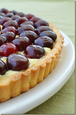 crostata con crema e ciliegie