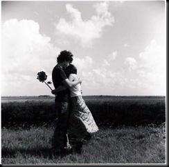 pareja abrazada con flor