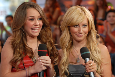 http://lh5.ggpht.com/_2fhY4h4-y_Y/RtEYlKI7i4I/AAAAAAAAADs/aSnZ68jaT5w/Miley+Cyrus+&+Ashley+Tisdale.jpg