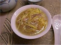 Zuppa cinese di maiale con taglierini