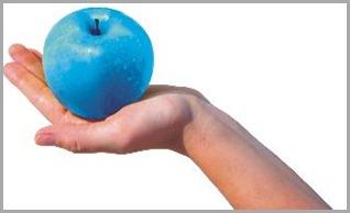 Mano con manzana