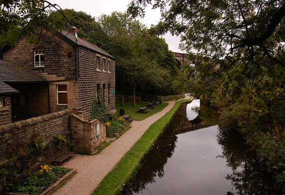 A walk along the canal at Uppermill 26/09/2010.