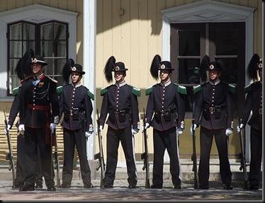 480px-Royal_Guardsmans_(Hans_Majestet_Kongens_Garde)_in_Oslo