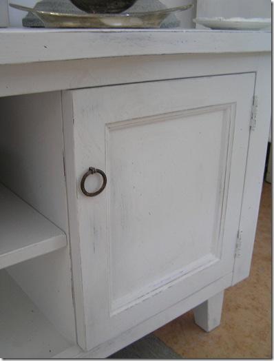 TV-bänk med dörrar närbild
