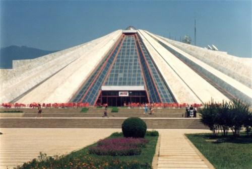 Construcciones socialistas de aspecto futurista Mausoleo%2520enver%2520hoxha%2520