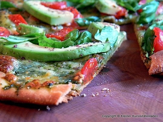 avocado tomaten pizza mit basilikumpesto. Black Bedroom Furniture Sets. Home Design Ideas