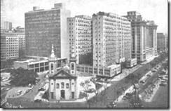 Igreja de Santa Luzía – 1960. Ficava à beira-mar, na desaparecida praia de Santa Luzía, antes dos aterros da demolição do Morro do Castelo. O prédio alto à esquerda era o Ministério da Educação até 1960, projeto de Le Corbusier