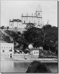 Morro do Outeiro da Glória – 1865. O sopé do morro chegava ao mar. Não havia a passagem onde, hoje, situa-se a Av. Beira-Mar