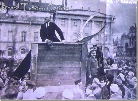 Lênin discursando em Moscou (reparem Stalin na subida do palco)