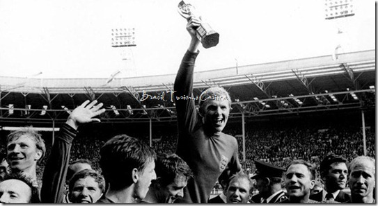 1966 FIFA World Cup England - Final Germany - England 24 (extra time)br World Champion England Nobby Stiles, Jacky Charlton, Alan Ball, Martin Peters, GeoffHurst, Bobby Moore mit Pokal, Ramon Wilson, George Cohen, BobbyCharlton