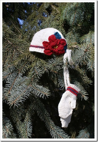Poinsettia_hat_mittens