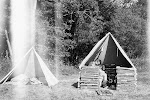 Takto vipadaly stany na prvním táboře. Krajinky nebyly, tak se stavělo z toho co dal les. A protože to byla dost dřina, tak měly podsadu jen některé stany.