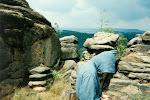 Ve skalách.