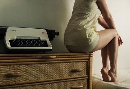 mulher e máquina de escrever